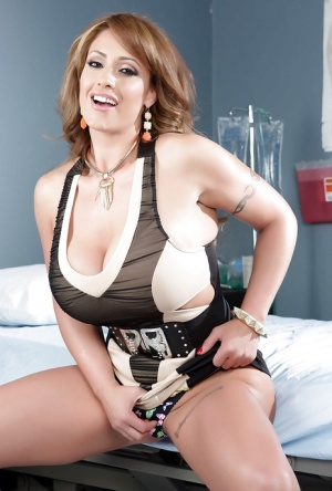 Milf chick Eva Notty is undressing her white and black dress