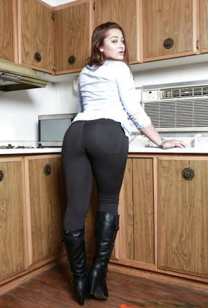 Solo model Dani Daniels lets her big booty escape from spandex pants