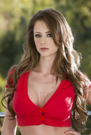 Admirable babe Emily Addison slowly uncovering her flawless body